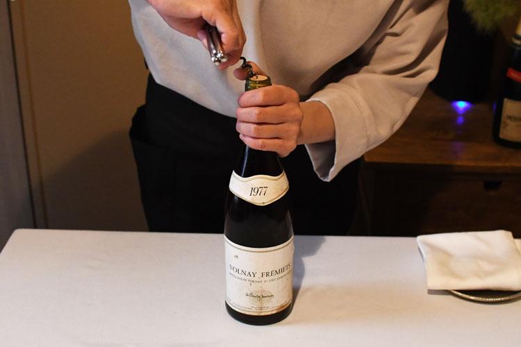 ワインオープナーのスクリューを真ん中に刺し、ゆっくり回転させながら中に入れる