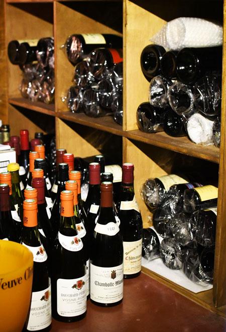 ヴィンテージワインを立てて保存する様子