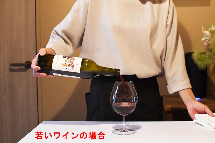 ボトルの底を斜め上まで持ち上げて入れることが多い