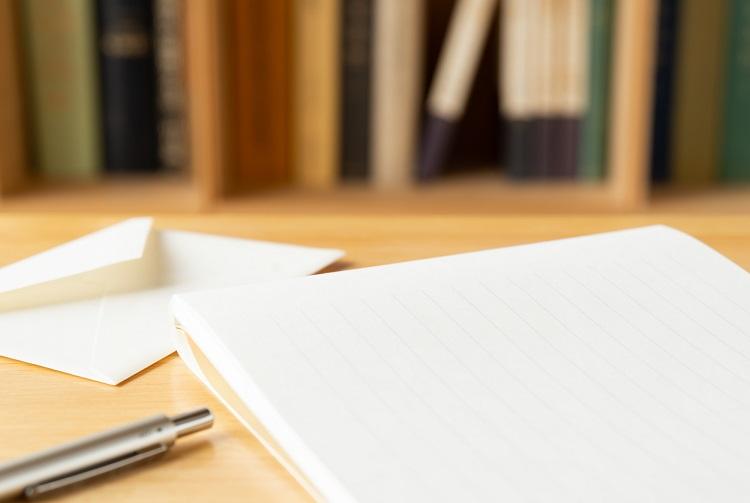 白封筒と便箋の画像
