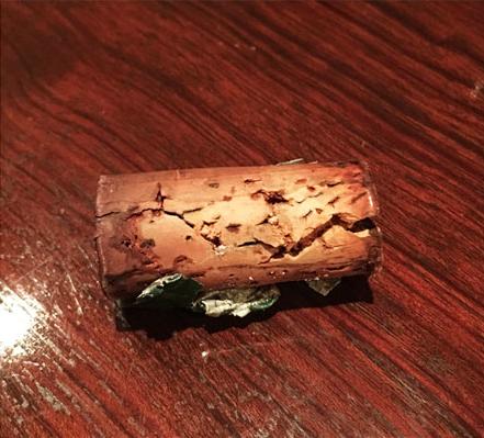 ワインがコルク栓の表面ギリギリまで染みている
